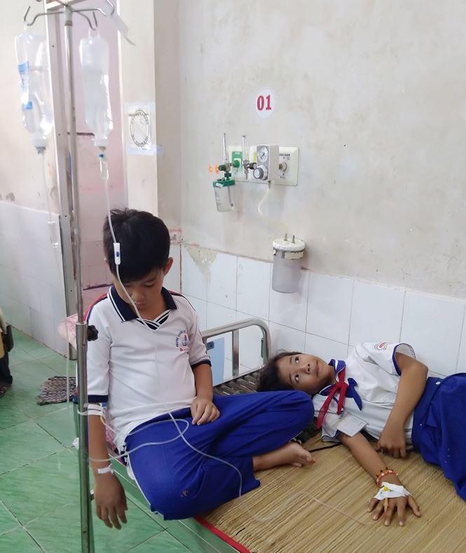 45 học sinh ở Cà Mau nhập viện khẩn cấp sau khi súc miệng ngừa sâu răng - Ảnh 1