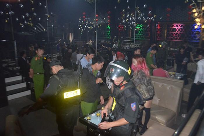 """Cảnh sát đột kích vũ trường, phát hiện 50 nam thanh nữ tú nghi """"phê"""" ma túy - Ảnh 1"""