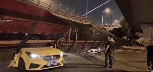 Trung Quốc: Kinh hoàng cầu cạn sấp vào đúng giờ cao điểm, 3 ôtô bị nghiền nát - Ảnh 1