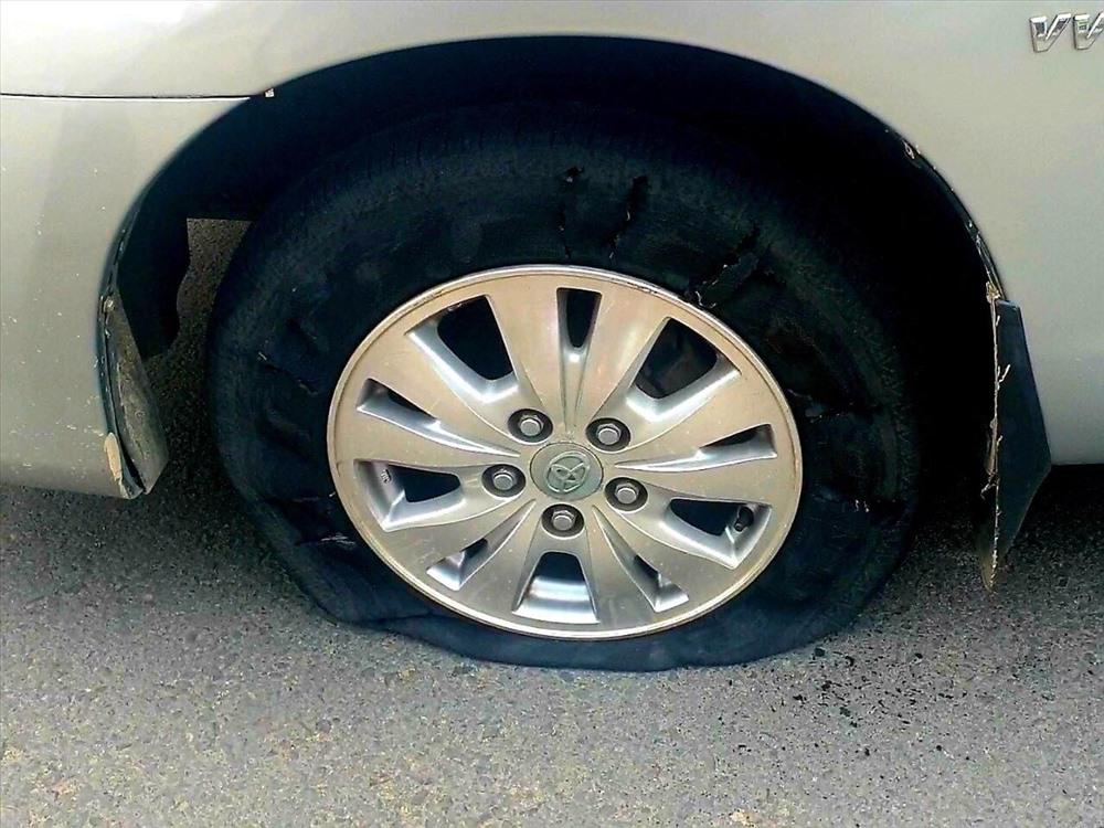 Cảnh sát bắn thủng lốp ôtô chở nhóm giang hồ mang theo rựa, mã tấu đi đánh nhau - Ảnh 2