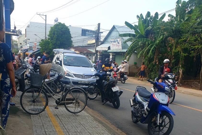 Cảnh sát bắn thủng lốp ôtô chở nhóm giang hồ mang theo rựa, mã tấu đi đánh nhau - Ảnh 1