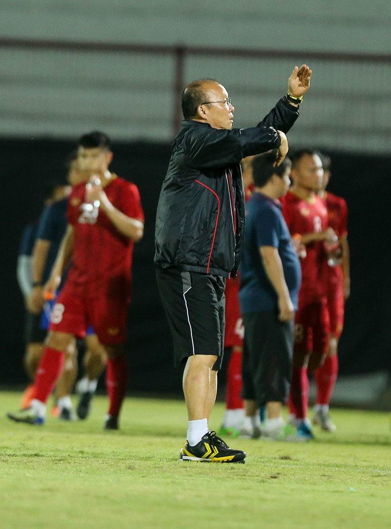 HLV Park nổi giận vì phát hiện máy quay ghi hình tuyển Việt Nam tập luyện - Ảnh 1