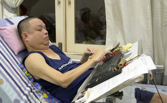 25 năm liệt nửa người vẫn cố gắng tạo công ăn việc làm cho gần chục người khuyết tật - Ảnh 1