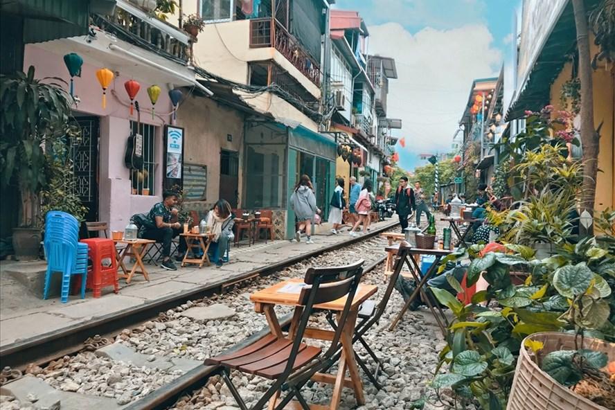 Bộ GTVT đề nghị Hà Nội giải tán tụ điểm cà phê trên đường sắt  - Ảnh 1