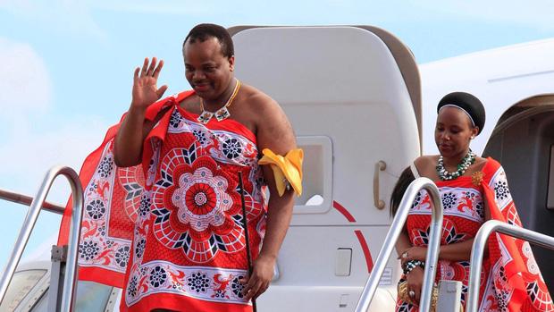 Quốc vương ở châu Phi vét ngân khố mua 19 xe Rolls-Royce tặng 15 bà vợ và tự thưởng cho bản thân - Ảnh 1