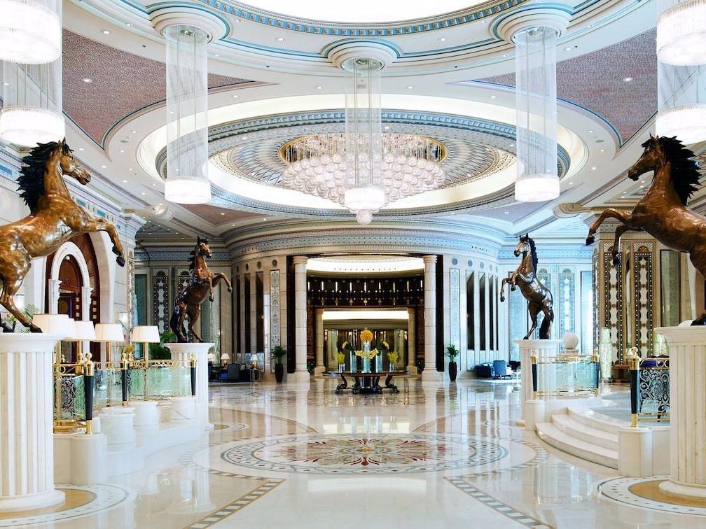 Cận cảnh khách sạn dát vàng từng giam giữ 200 hoàng tử, tỷ phú, có thể mang theo người giúp việc nếu muốn - Ảnh 1