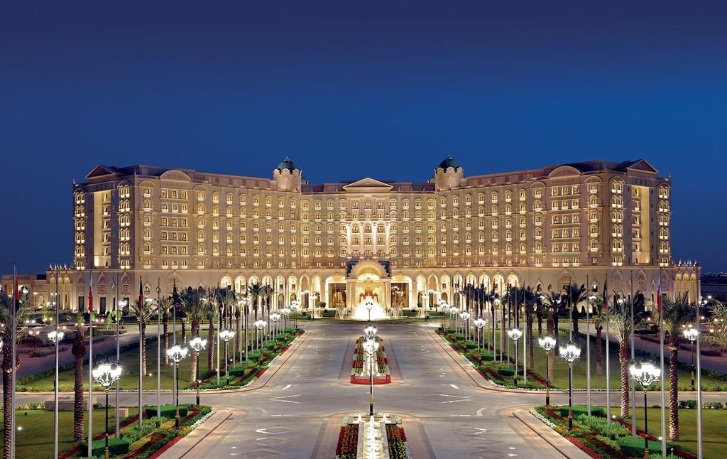 Cận cảnh khách sạn dát vàng từng giam giữ 200 hoàng tử, tỷ phú, có thể mang theo người giúp việc nếu muốn - Ảnh 2