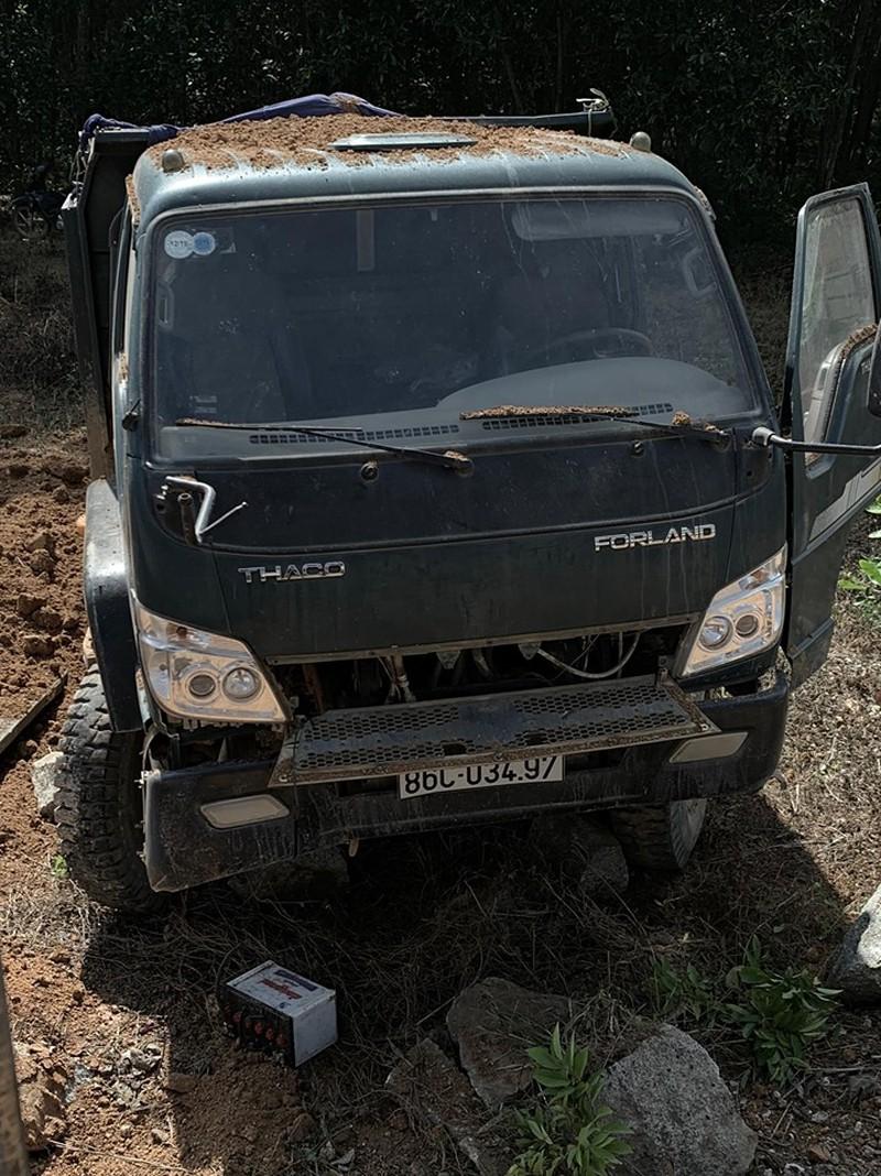 Bình Thuận: Tàu hỏa tông văng xe ben chở cát, đường sắt ách tắc nhiều giờ - Ảnh 1