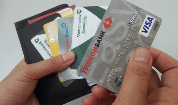 Từ ngày 31/12, mở thẻ ATM hộ người khác có thể bị phạt tới 100 triệu đồng - Ảnh 1
