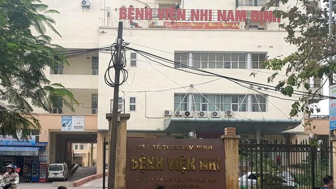 """Vụ """"ăn bớt"""" thuốc của bệnh nhi ở Nam Định: Thêm 2 điều dưỡng bị cấm đi khỏi nơi cư trú - Ảnh 1"""