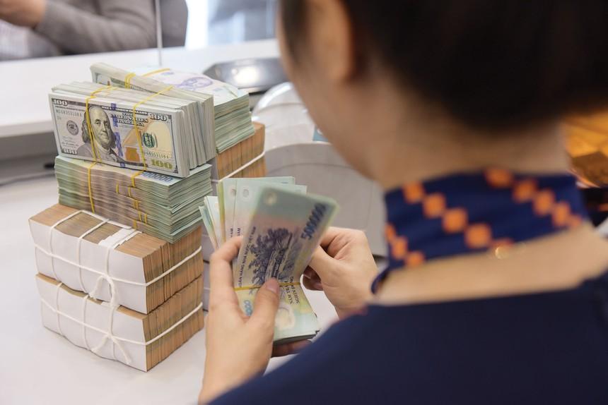 Sau bơm ròng 62.200 tỷ đồng, NHNN điều chỉnh giảm nhẹ tỷ giá trung tâm xuống còn 23.163 VND/USD - Ảnh 1