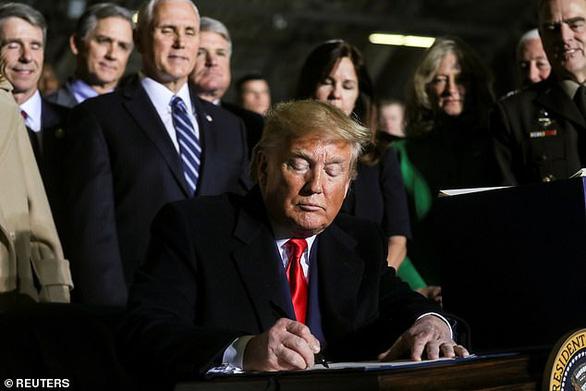 Ông Trump ký Đạo luật quốc phòng 738 tỷ USD, lập quân chủng vũ trụ - Ảnh 1
