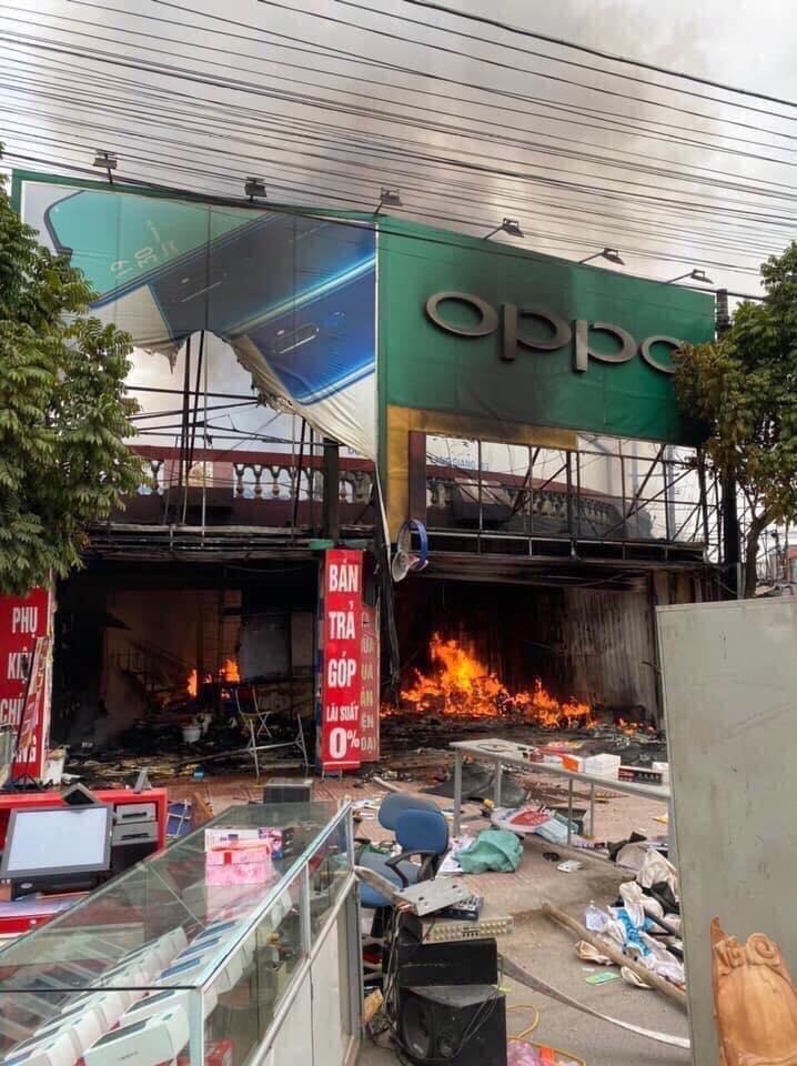 Bắc Giang: Hỏa hoạn thiêu rụi cửa hàng bán điện thoại di động  - Ảnh 1