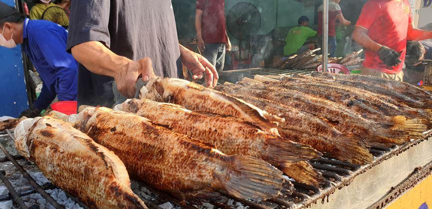 Ngày vía Thần Tài, phố cá lóc nướng Sài Gòn tất bật từ tờ mờ sáng - Ảnh 3
