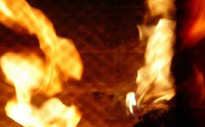 Tạm giam người chồng nhẫn tâm tưới xăng đốt vợ vì không chịu đưa tiền đi khám bệnh - Ảnh 1