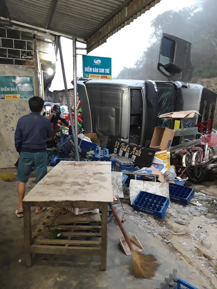 Xe container lật ngửa phi vào nhà dân khi ôm cua, tài xế gãy xương bả vai - Ảnh 1