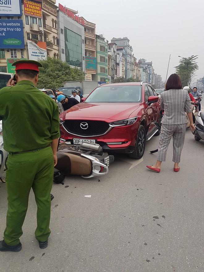 Hiện trường vụ nữ tài xế lái Mazda CX5 đâm hàng loạt xe máy ở Hà Nội - Ảnh 1
