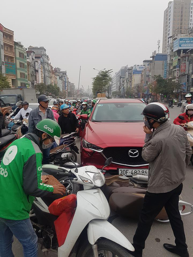 Hiện trường vụ nữ tài xế lái Mazda CX5 đâm hàng loạt xe máy ở Hà Nội - Ảnh 2