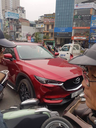 Hiện trường vụ nữ tài xế lái Mazda CX5 đâm hàng loạt xe máy ở Hà Nội - Ảnh 3