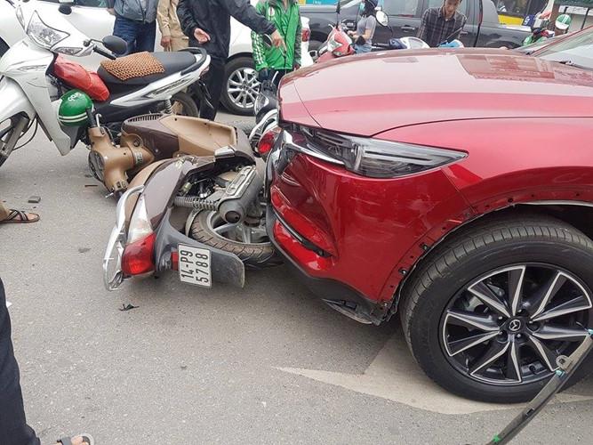 Hiện trường vụ nữ tài xế lái Mazda CX5 đâm hàng loạt xe máy ở Hà Nội - Ảnh 4