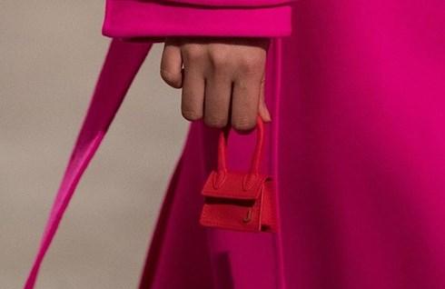 Túi xách nhỏ bằng bao diêm, chỉ nhét vừa một chiếc tai nghe có giá gần 12 triệu đồng - Ảnh 4