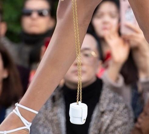 Túi xách nhỏ bằng bao diêm, chỉ nhét vừa một chiếc tai nghe có giá gần 12 triệu đồng - Ảnh 5