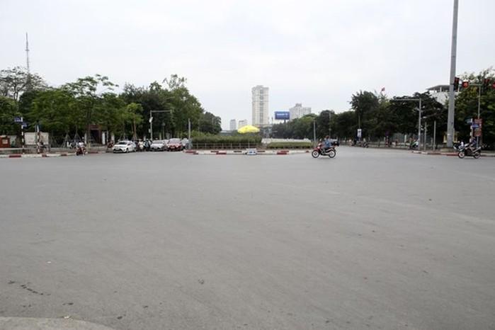 Phố phường Hà Nội lãng mạn ngày nghỉ lễ, người dân thư thái dạo chơi - Ảnh 7