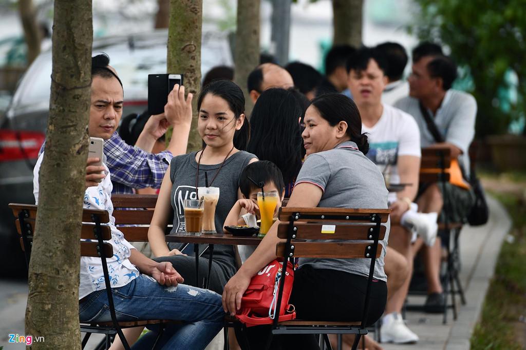 Phố phường Hà Nội lãng mạn ngày nghỉ lễ, người dân thư thái dạo chơi - Ảnh 4