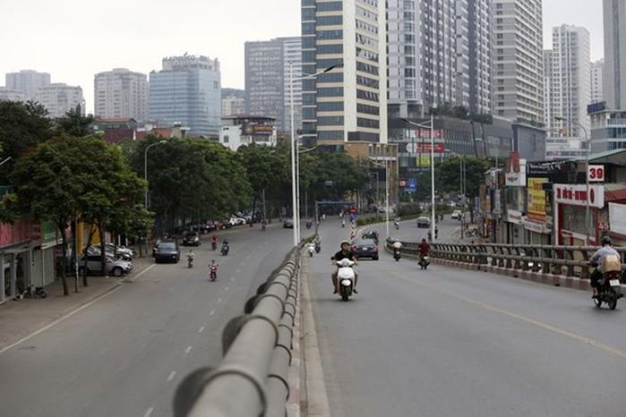 Phố phường Hà Nội lãng mạn ngày nghỉ lễ, người dân thư thái dạo chơi - Ảnh 5