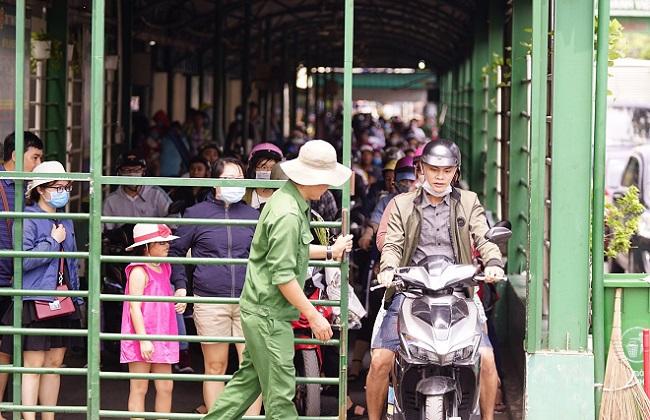 TP.HCM: Người dân đổ xô về Cần Giờ nghỉ lễ khiến phà Bình Khánh ùn tắc kéo dài  - Ảnh 4
