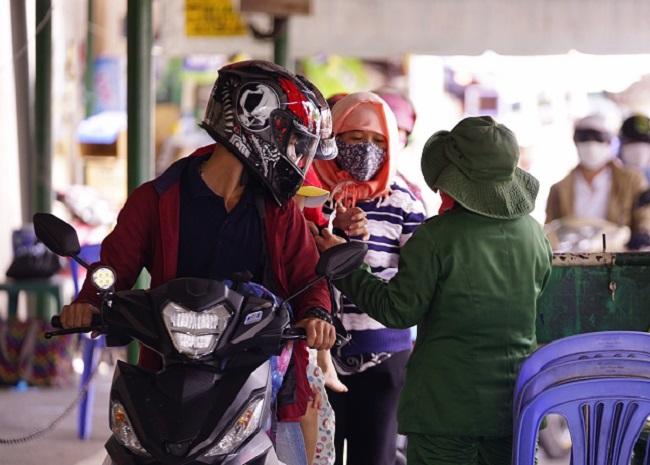TP.HCM: Người dân đổ xô về Cần Giờ nghỉ lễ khiến phà Bình Khánh ùn tắc kéo dài  - Ảnh 5