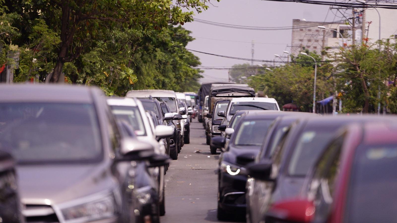 TP.HCM: Người dân đổ xô về Cần Giờ nghỉ lễ khiến phà Bình Khánh ùn tắc kéo dài  - Ảnh 7