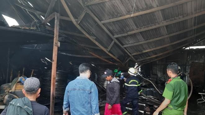 TP.HCM: Kho xưởng chứa giường nệm y tế rộng gần 1.000m2 bốc cháy dữ dội - Ảnh 2