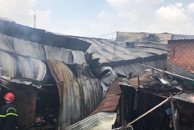 TP.HCM: Kho xưởng chứa giường nệm y tế rộng gần 1.000m2 bốc cháy dữ dội - Ảnh 3