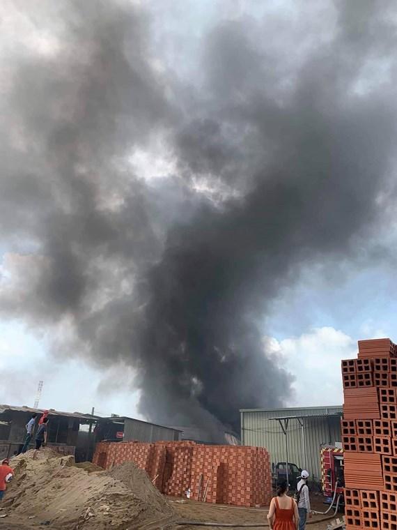 TP.HCM: Kho xưởng chứa giường nệm y tế rộng gần 1.000m2 bốc cháy dữ dội - Ảnh 1