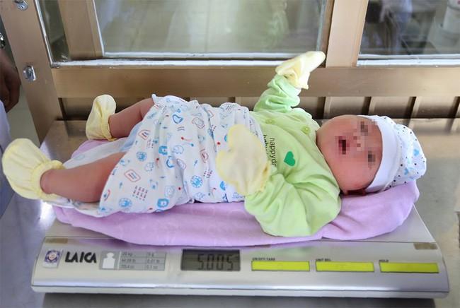 Cả ekip hộ sinh ngỡ ngàng vì cân nặng khó tin của bé trai sơ sinh ở Quảng Ninh - Ảnh 1