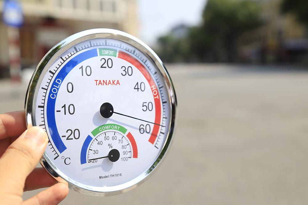 """Hà Nội nắng nóng kỷ lục gần 60 độ C, đường phố """"bỏng như rang"""" - Ảnh 1"""