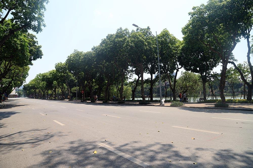 """Hà Nội nắng nóng kỷ lục gần 60 độ C, đường phố """"bỏng như rang"""" - Ảnh 2"""