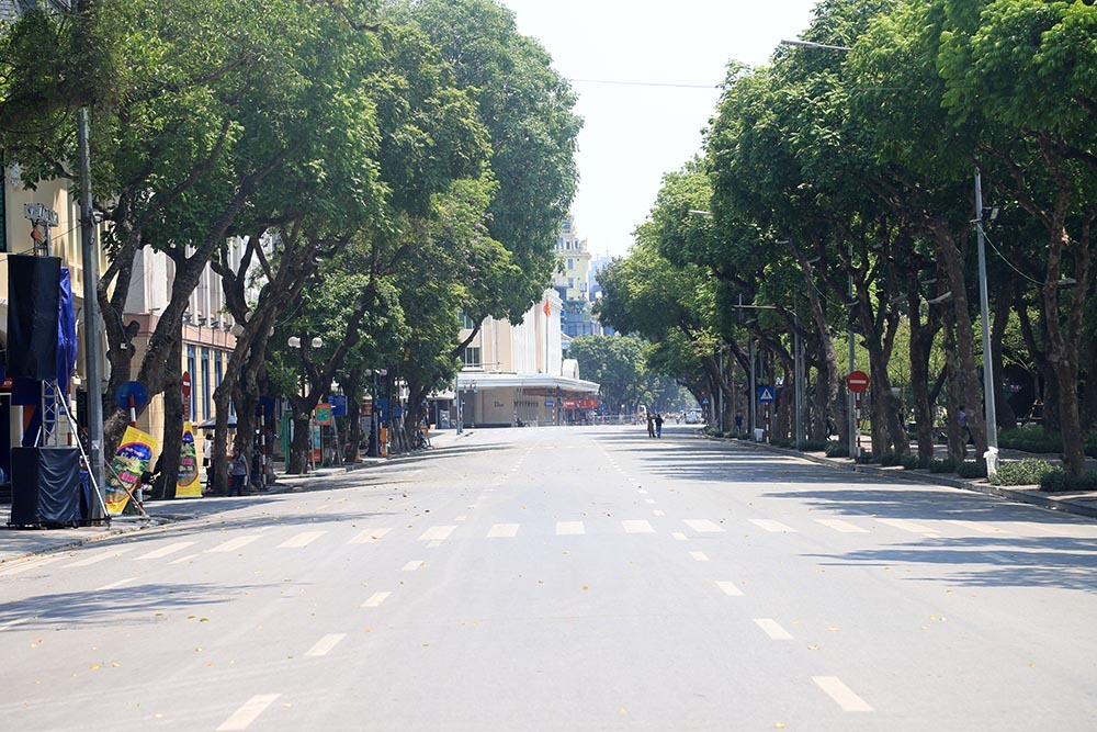 """Hà Nội nắng nóng kỷ lục gần 60 độ C, đường phố """"bỏng như rang"""" - Ảnh 3"""