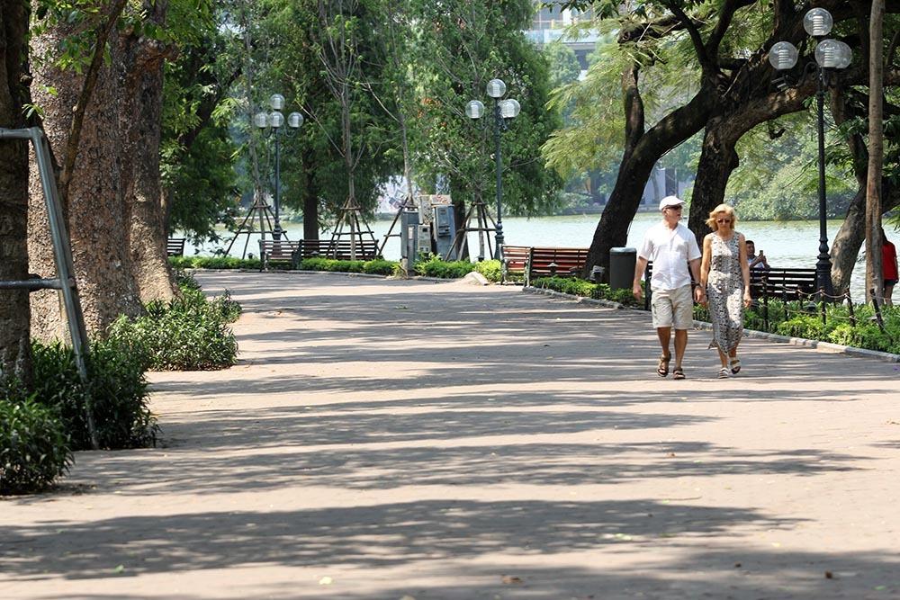 """Hà Nội nắng nóng kỷ lục gần 60 độ C, đường phố """"bỏng như rang"""" - Ảnh 4"""