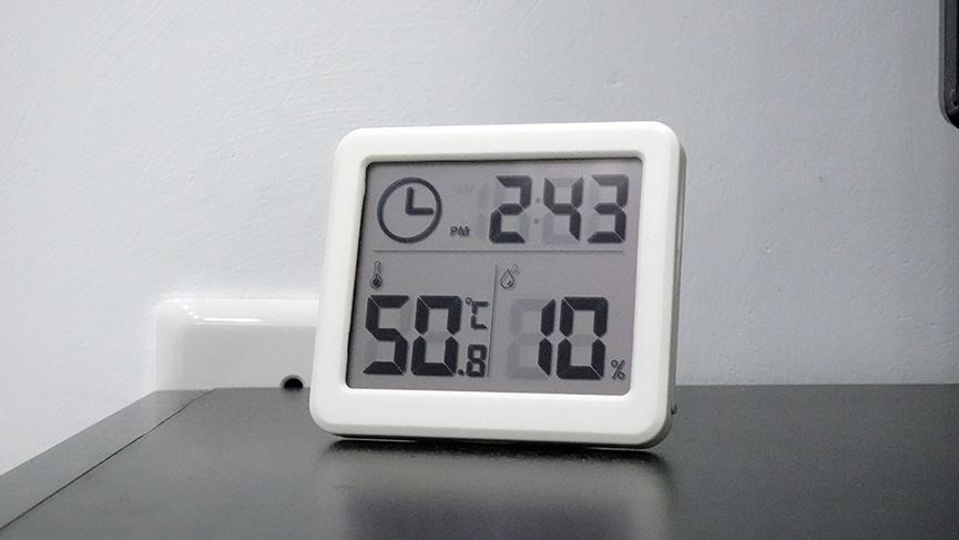"""Hà Nội nắng nóng kỷ lục gần 60 độ C, đường phố """"bỏng như rang"""" - Ảnh 7"""