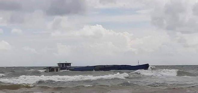 Lực lượng biên phòng cứu sống 3 thuyền viên trên sà lan chở đá bị chìm ở biển Phú Quốc - Ảnh 1