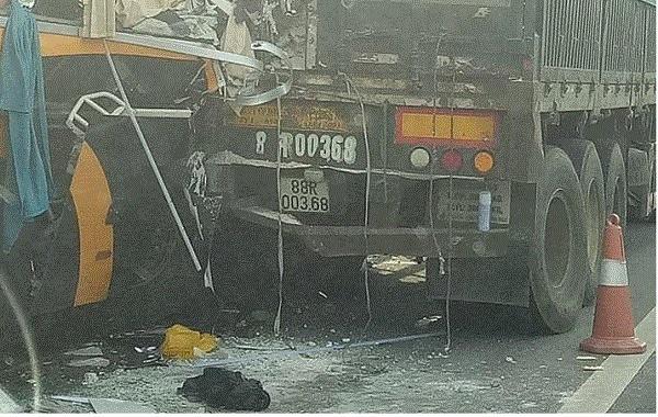 Ô tô 45 chỗ tông đuôi xe tải trên cao tốc Hà Nội – Lào Cai, 5 người nhập viện cấp cứu - Ảnh 1