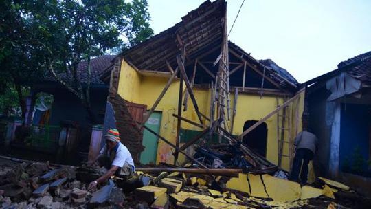 Động đất ở Trung Quốc, hơn 200 người thương vong, hơn 40.000 hộ dân mất điện - Ảnh 1