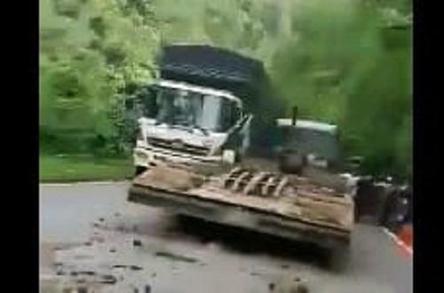 Xe đầu kéo gây tai nạn trên đèo Bảo Lộc, giao thông tắc nghẽn hơn 10km - Ảnh 1