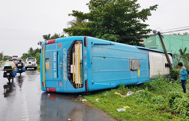 Xe khách lật trong mưa, hành khách hoảng loạn la hét, đập kính chắn gió để thoát thân - Ảnh 1