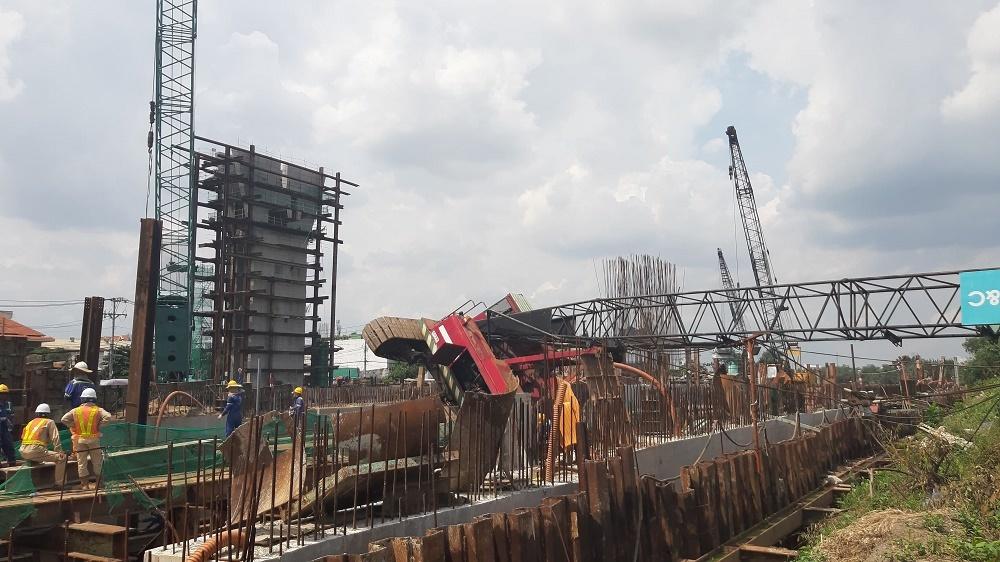 Cần cẩu ở công trình dự án chống ngập 10.000 tỷ bất ngờ đổ sập, 3 người may mắn thoát chết  - Ảnh 1