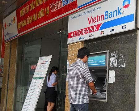 """Chủ thẻ phát hoảng vì """"ma trận"""" phí của thẻ ATM - Ảnh 1"""