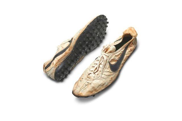Tỷ phú Mỹ chi hơn 10 tỷ đồng chỉ để mua một đôi giày cũ nát, ố vàng - Ảnh 1