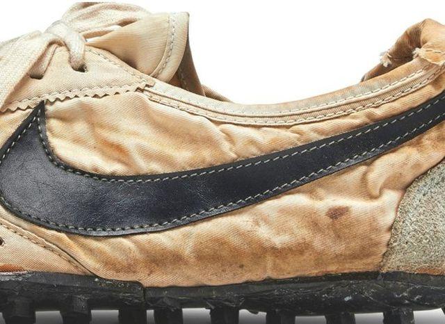 Tỷ phú Mỹ chi hơn 10 tỷ đồng chỉ để mua một đôi giày cũ nát, ố vàng - Ảnh 2
